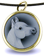 18kt brooch with custom carved onyx cameo of horse. (J3763)