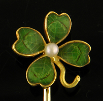 Green enamel four-leaf clover and pearl stick pin. (J9037)